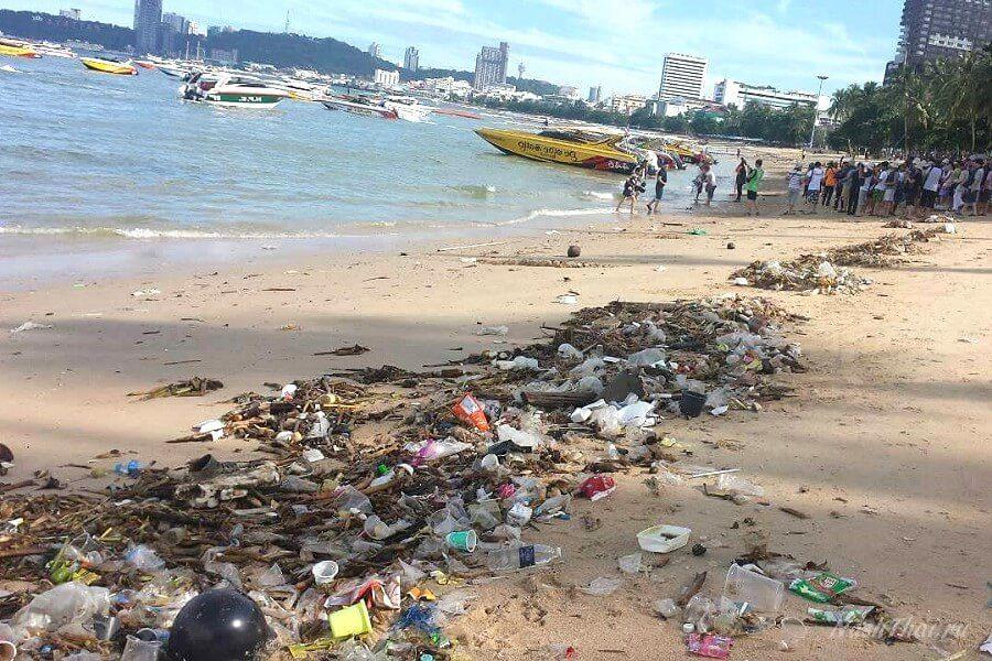 Мусор на пляже в Паттайе
