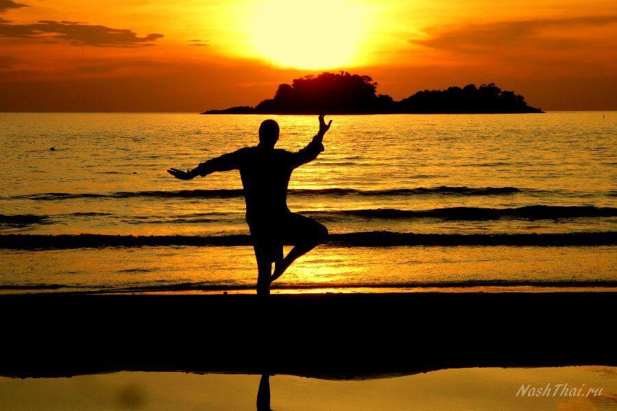 Мужчина у моря на закате