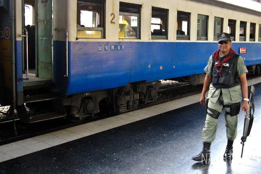 военный у поезда