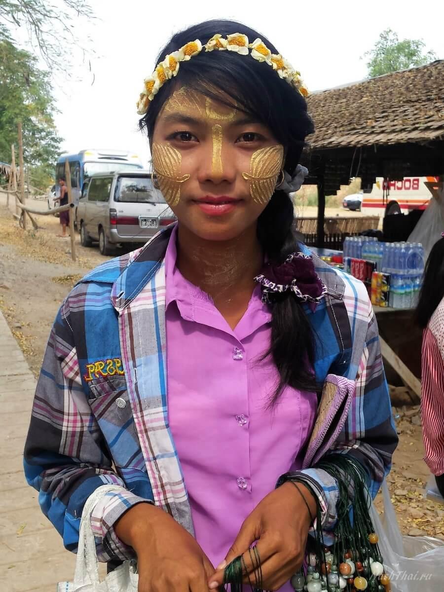 Девочка продаёт сувениры в Мингуне