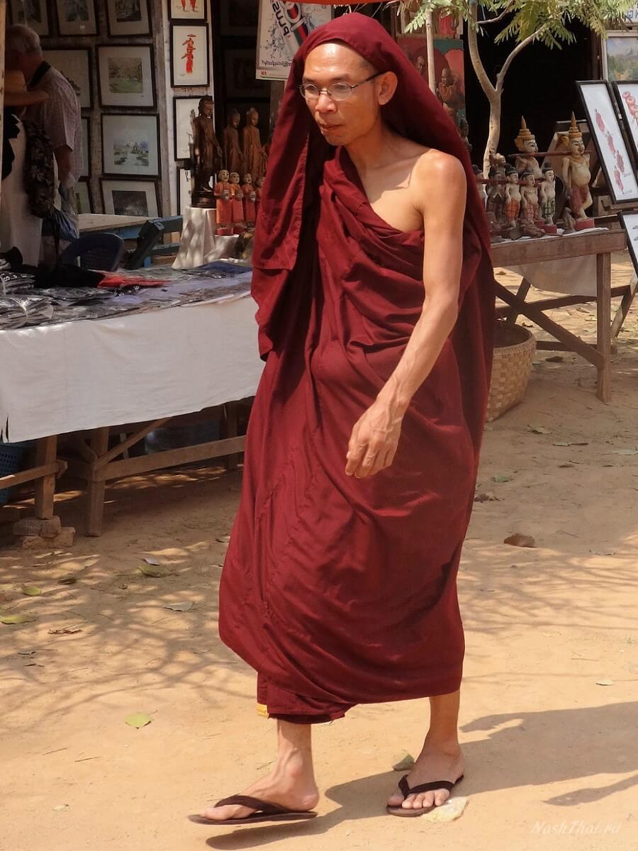 Монах в Мингун в Бирме