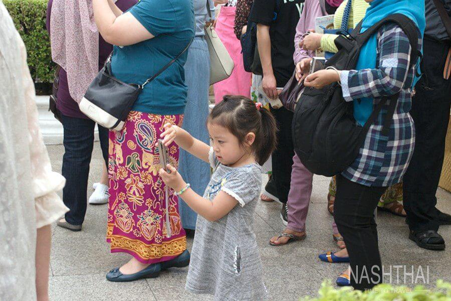 Девочка китаянка с фотоаппаратом