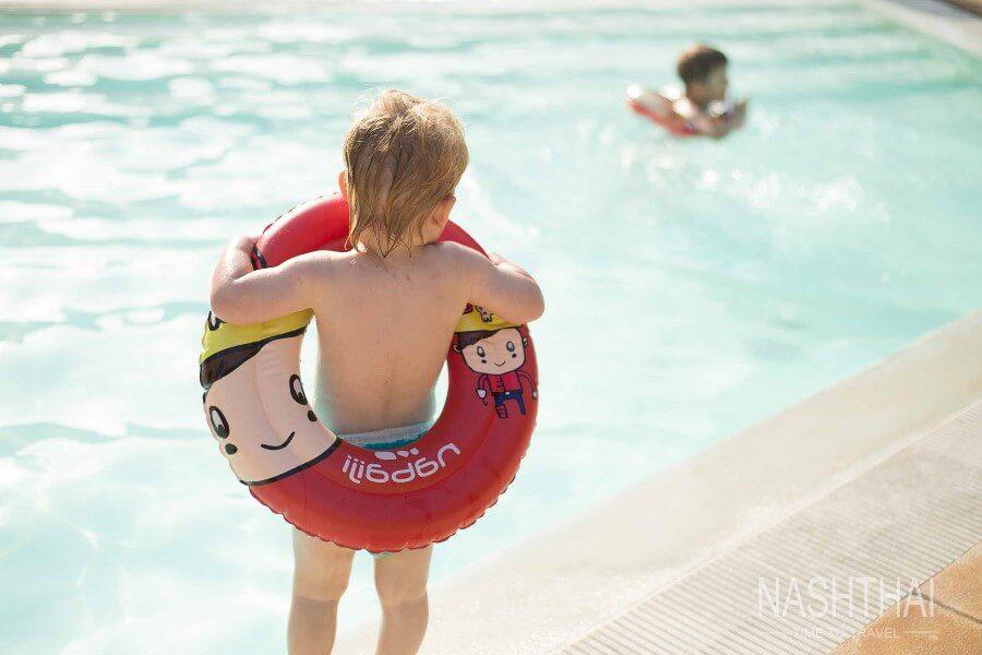 Мальчик у бассейна